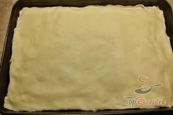 Recept elkészítése Pudingos-barackos krémes finomság piskótával, leveles tésztából, lépés 3